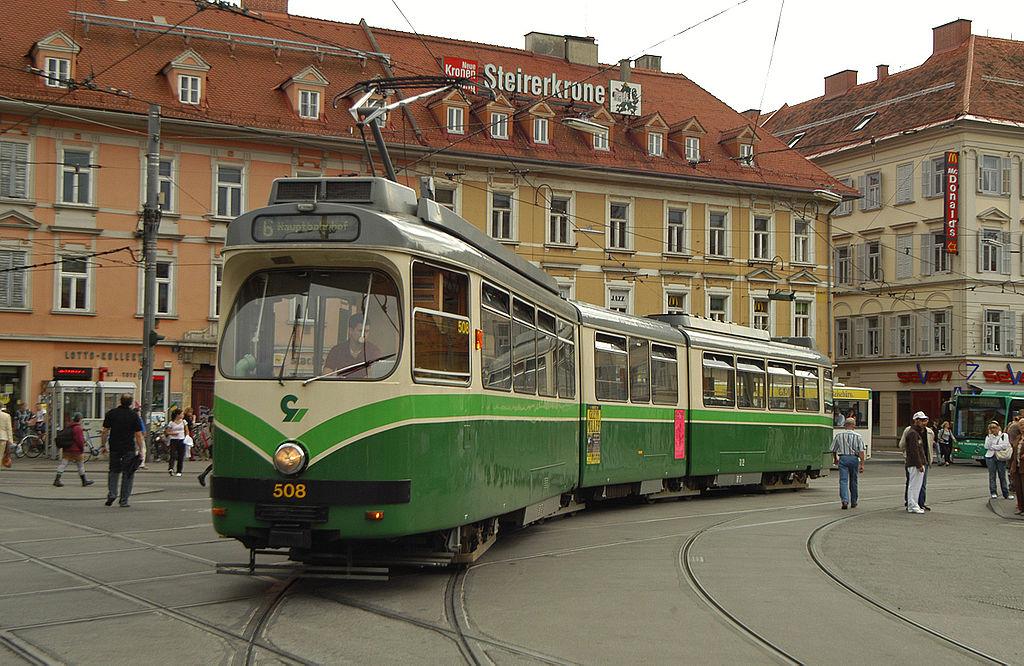 Jeden z vozů série 500 v centru Grazu. (zdroj: Wikipedia.org)