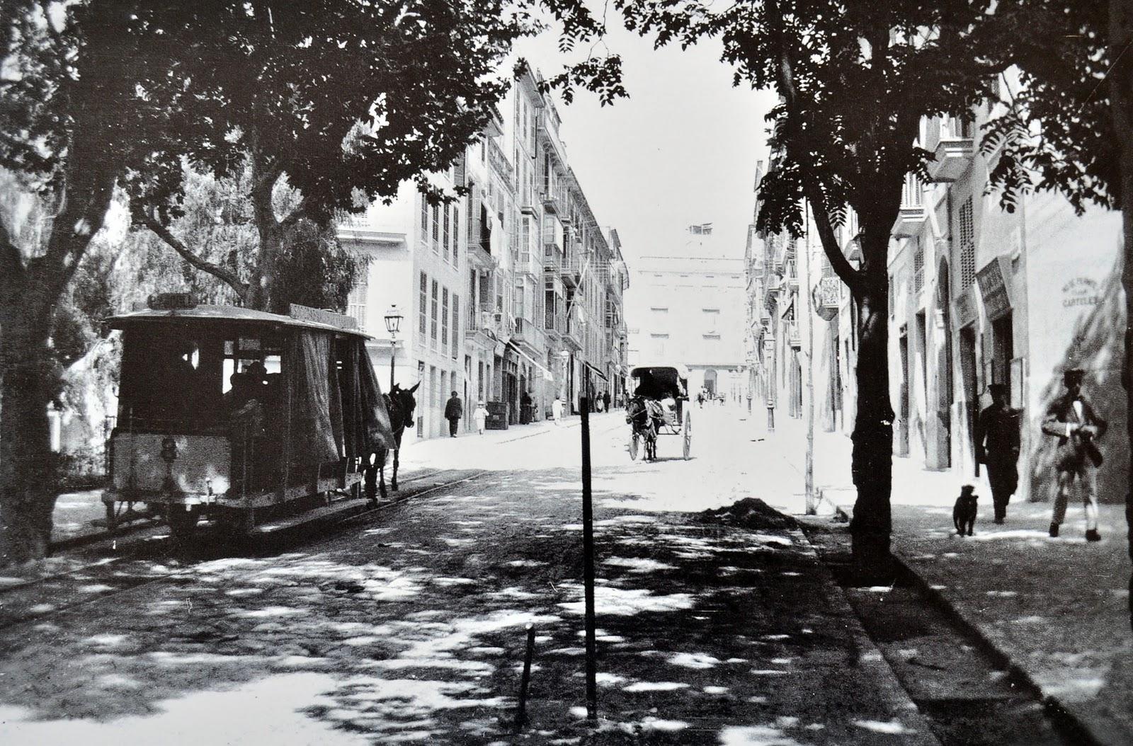 """Pohled zezadu na vůz koňky, resp. """"mulky"""", protože vozy byly tažené mulami. (zdroj: Wikipedia.org)"""