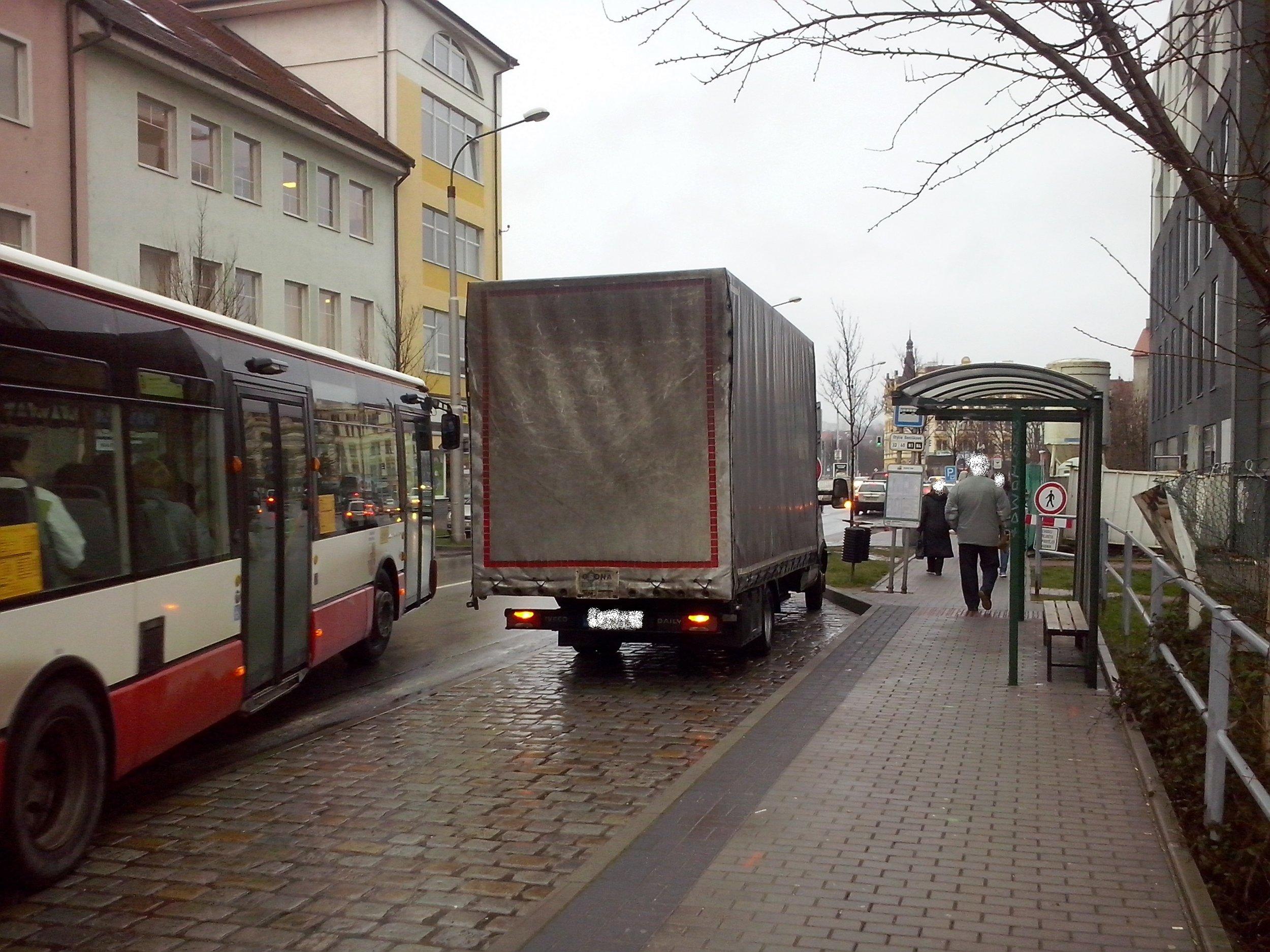 Parkování v zastávkách není neobvyklé... (foto: PMDP)