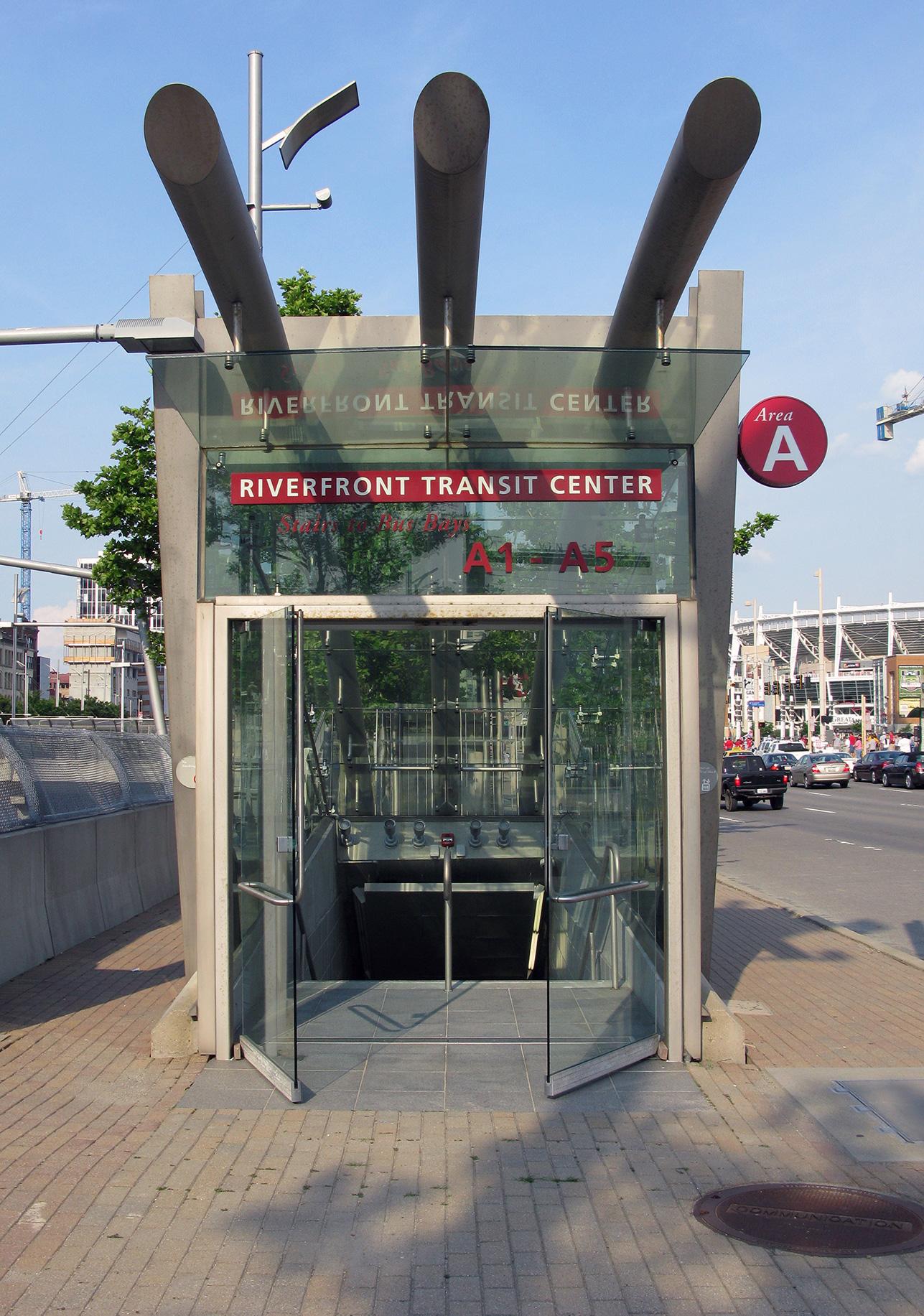 Vstup do podzemní stanice Riverfront Transit Center, která byla zamýšlena jako přestupní bod mezi novým systémem MetroMoves a autobusy. (zdroj: Wikipedia.org)