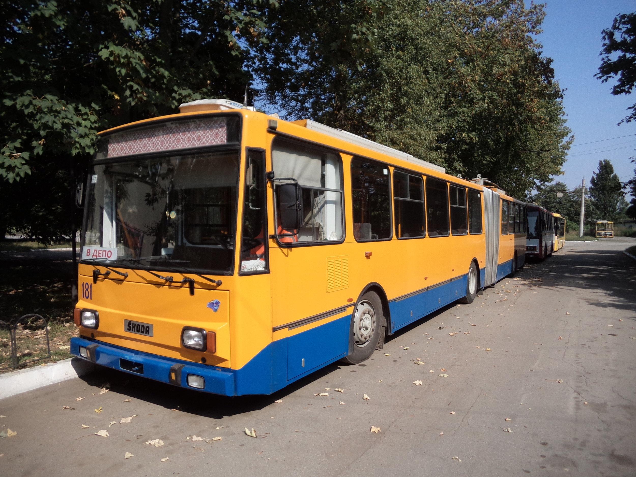"""Tento trolejbus typu 15Tr13/6M dorazil loni ze Zlína a jedná se o jediný článkový vůz značky Škoda, který kdy v Ivano-Frankivsku působil. Momentálně se zvažuje pořízení dalších ojetých článkových Škodovek. Pozorný čtenář si v pozadí snímku jistě povšiml i krátkého trolejbusu, který čtvrtstoletí sloužil cestujícím Brna, jmenovitě se jedná o vůz typu 14Tr10/6, v Ivano-Frankivsku vedený pod ev. č. 182. I on dorazil na Ukrajinu loni a je možné, že jej v dohledné době doplní další ojeté """"čtrnáctky""""."""