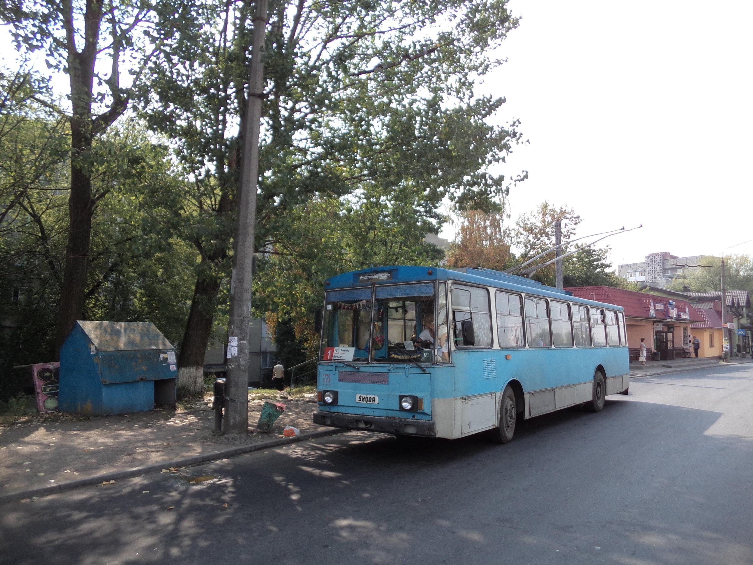 Další ex-plzeňský vůz typu 14Tr07, ev. č. 171, byl zachycen na konečné linky č. 1 na ulici Chimikiv.