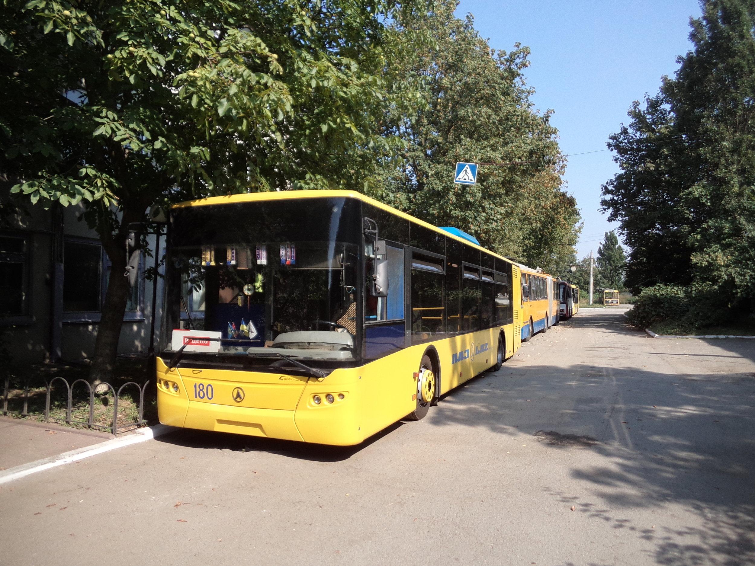 Pětice vozů domácí provenience typu LAZ E183D1 (vedených pod ev. č. 176 –180) přišla do Ivano-Frankivsku v letech 2006 – 2009 a od té doby nebyl místní vozový park novými vozy obnovován.