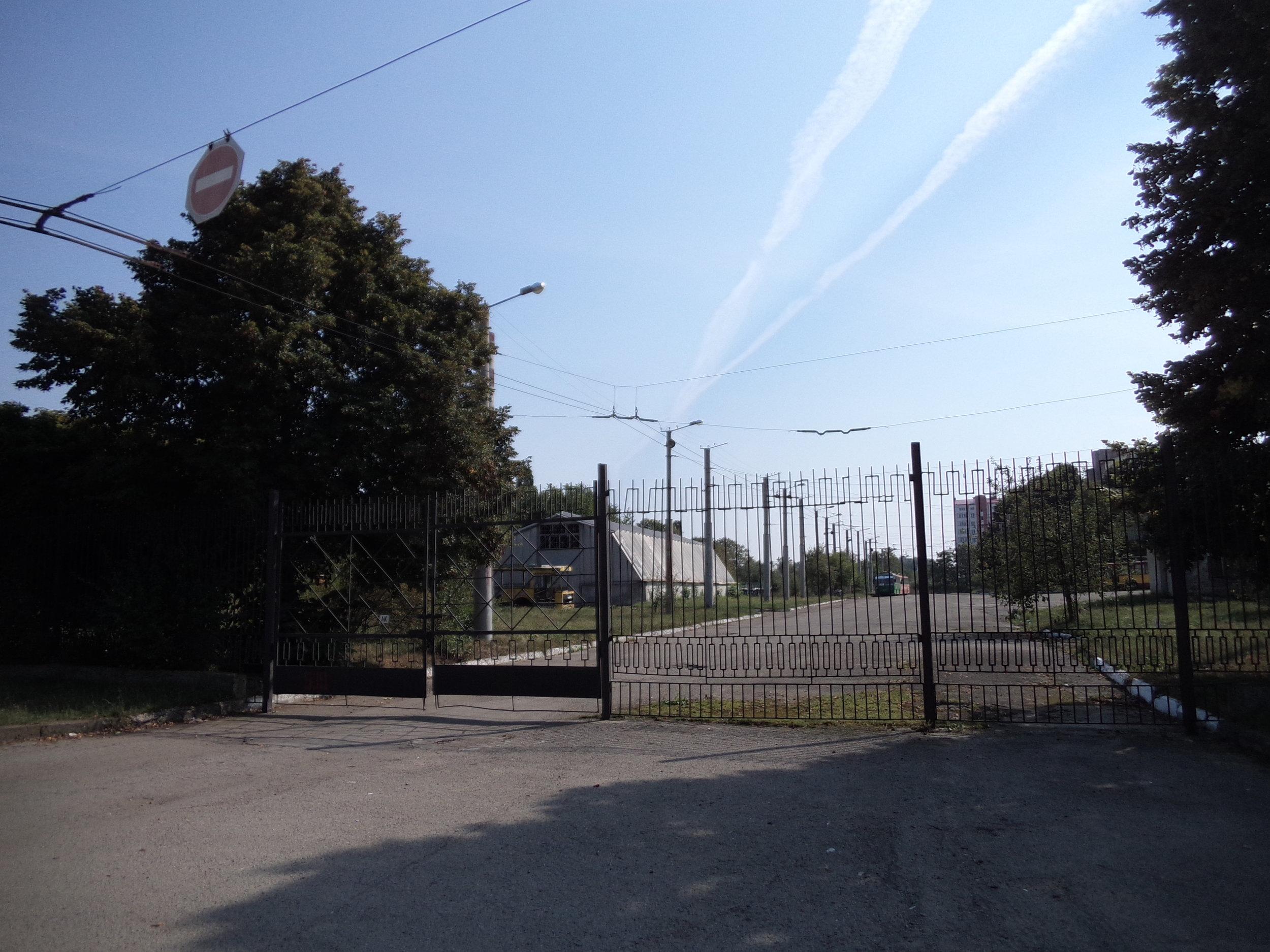 Při využití této brány se trolejbus k centru města nasměruje až poté, co obkrouží blízkou smyčku s názvem KP Elektroavtotrans.