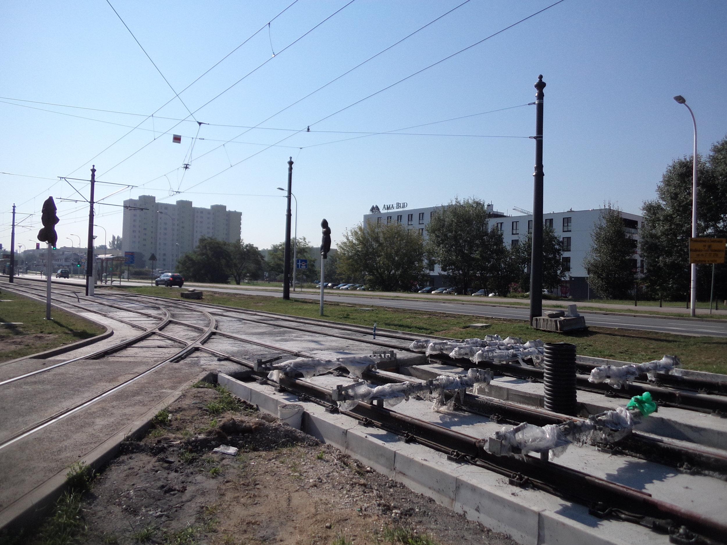 Na přiložených snímcích ze dne 9. září2016 je vyobrazena stavba v blízkosti stávající konečné linek č. 2 a 17 Tarchomin Kościelny.