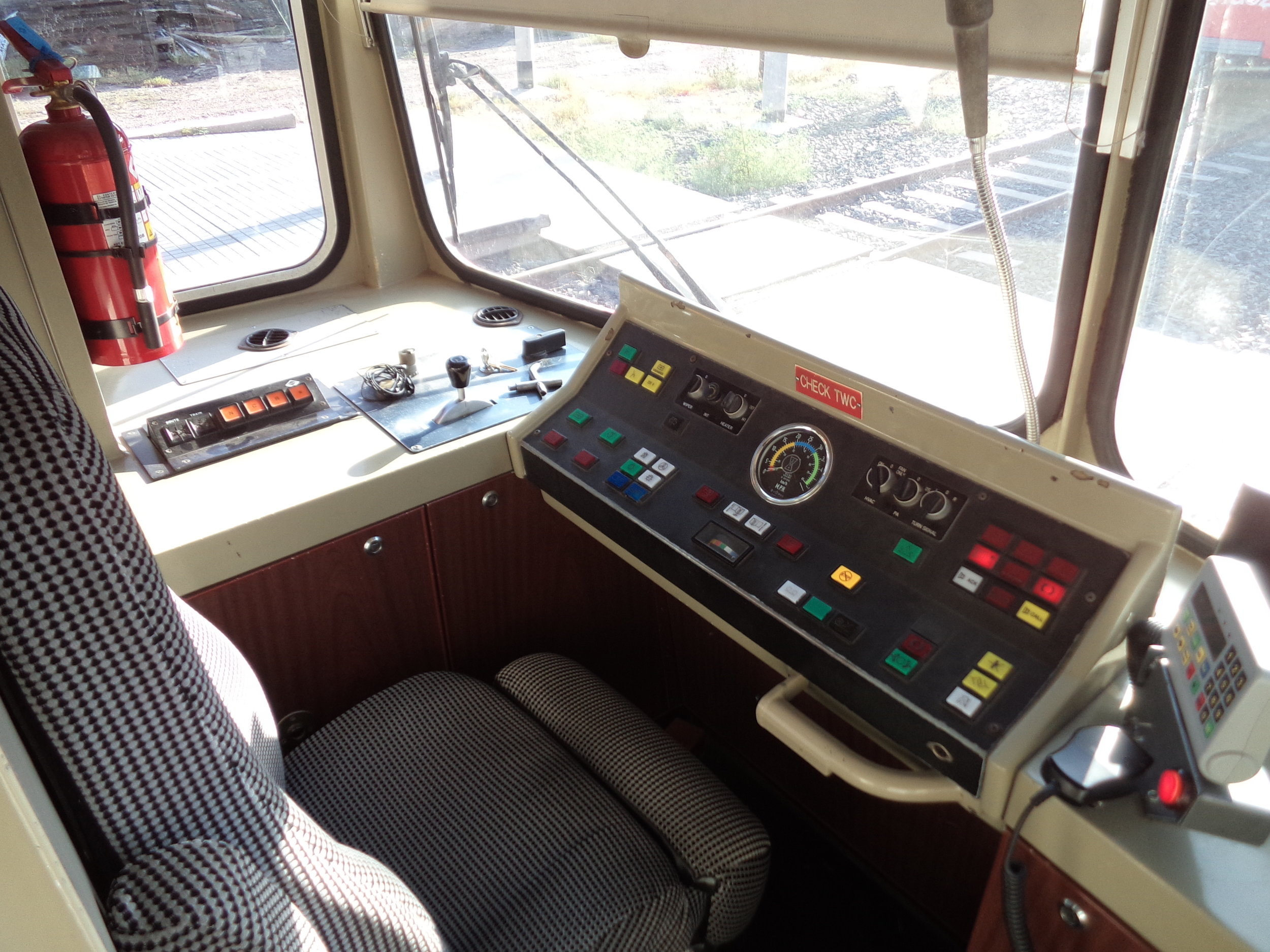 Stářísoupravy rychlodrážní tramvaje nezamaskuje ani kabina řidiče, která je však takřka v bezvadném stavu i po zhruba 30 letech provozu.