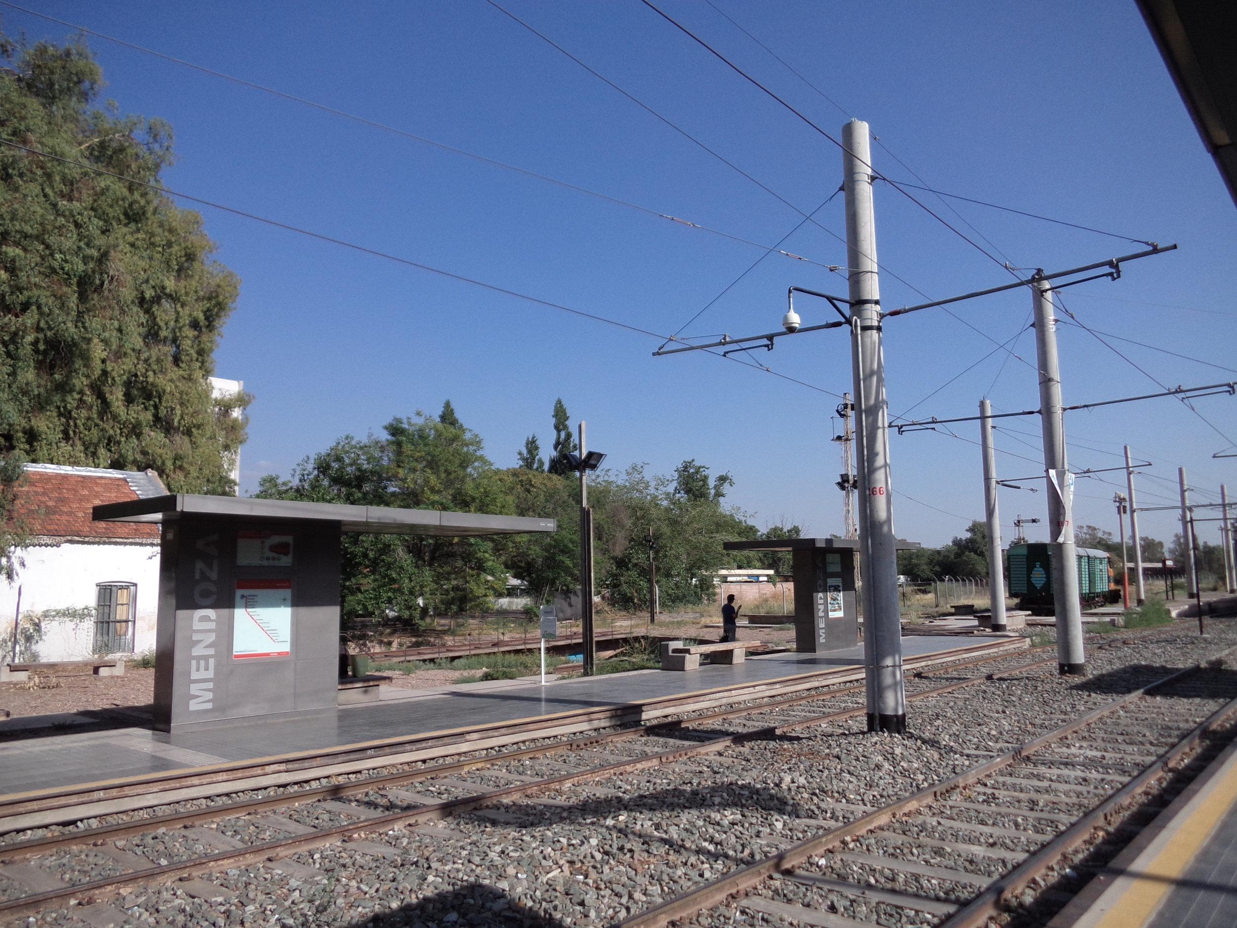 Kolejiště zrovna nezívá novotou, jednoduché přístřešky s umírněným designem nicméně špatný dojem nedělají.