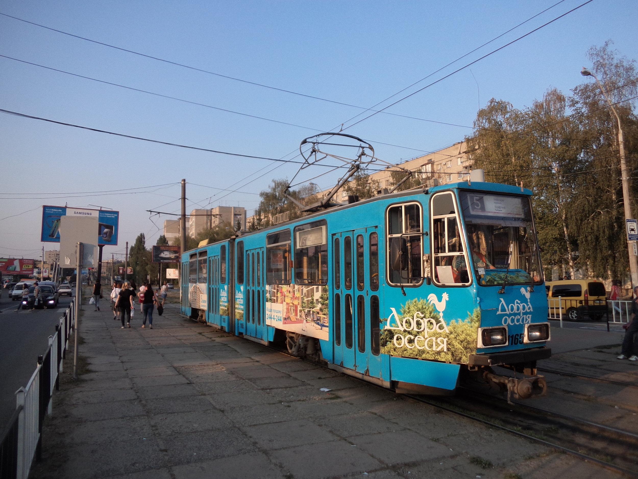Tramvaj linky č. 5 na konečné Akvapark. Trať sem vedoucí také volá po své rekonstrukci...