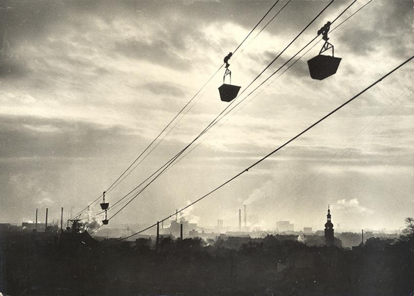V Ostravě fungovalo v minulosti zřejmě více než 10 nákladních lanových drah, často o délce několika kilometrů. První z nich měla být uvedena do provozu v roce 1884, poslední naopak přestala sloužit svému účelu v roce 1988. (sbírka: Libor Hinčica)