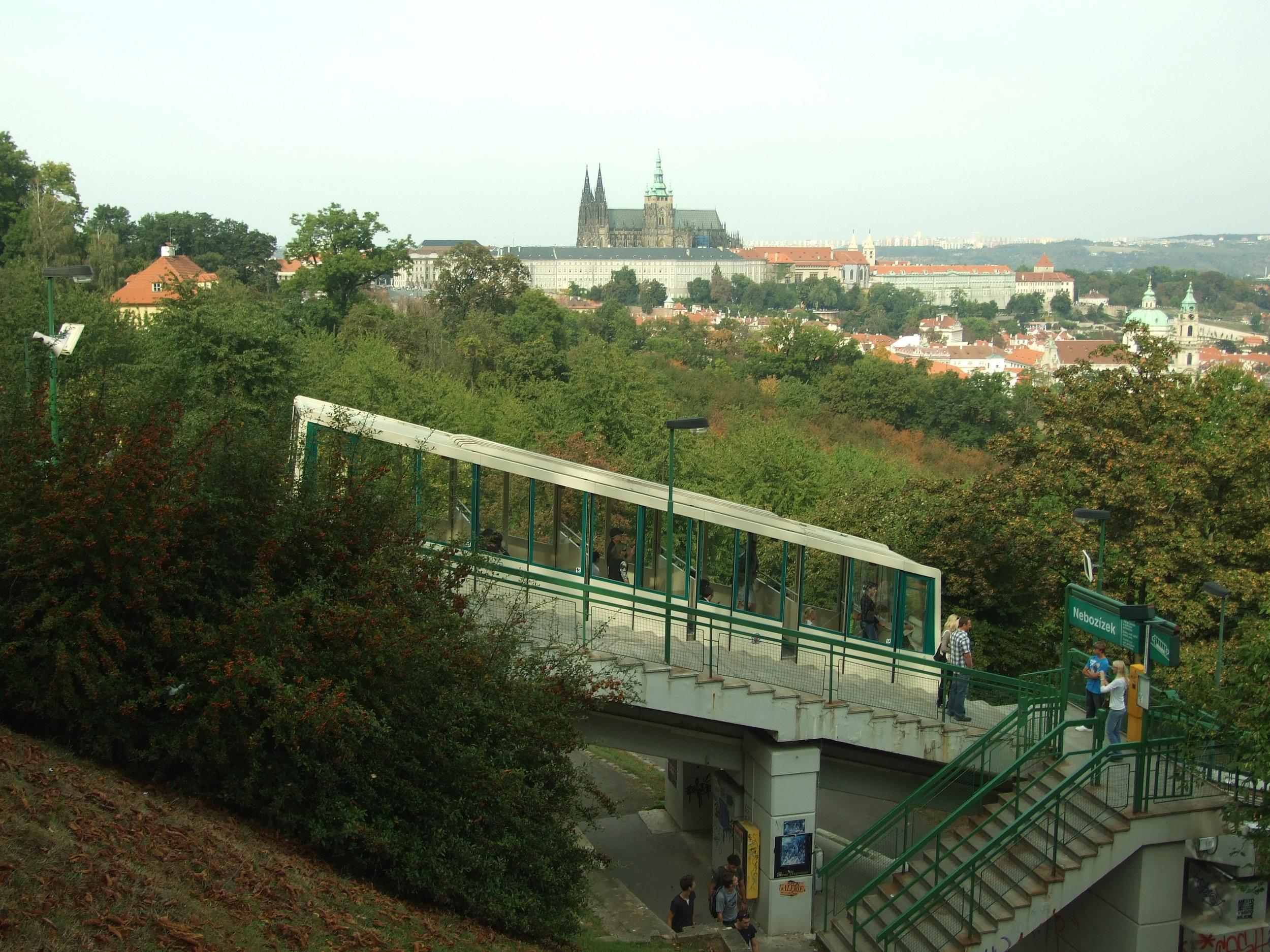 Lanovka na Petřín patří mezi atrakce Prahy. Vhodně propojuje její památky a nabízí úchvatné pohledy na město. (foto: Wikipedia.org)