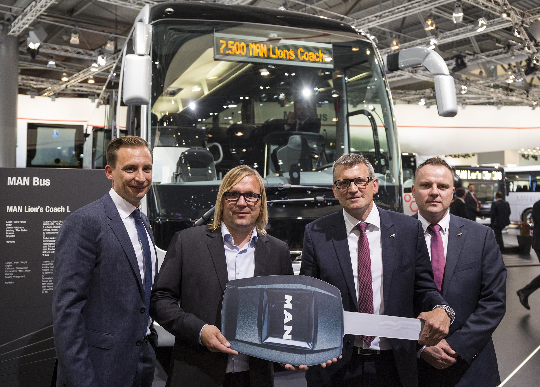 Symbolické předání klíče k 7 500. autobusu MAN Lion's Coach na veletrhu IAA v Hannoveru. (foto: MAN Truck & Bus)