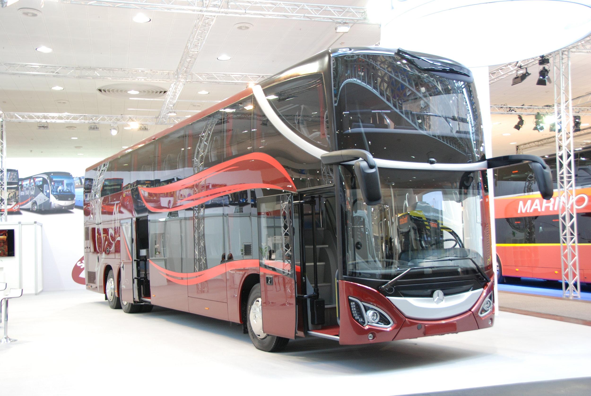 EvoBus staví patrové autobusy pouze na podvozku Setry (typ S431 DT). Na IAA však bylo možné nalézt i patrový Mercedes. Ten však není originálním produktem EvoBusu, ale výsledkem práce nástavbáře. (foto: Libor Hinčica)