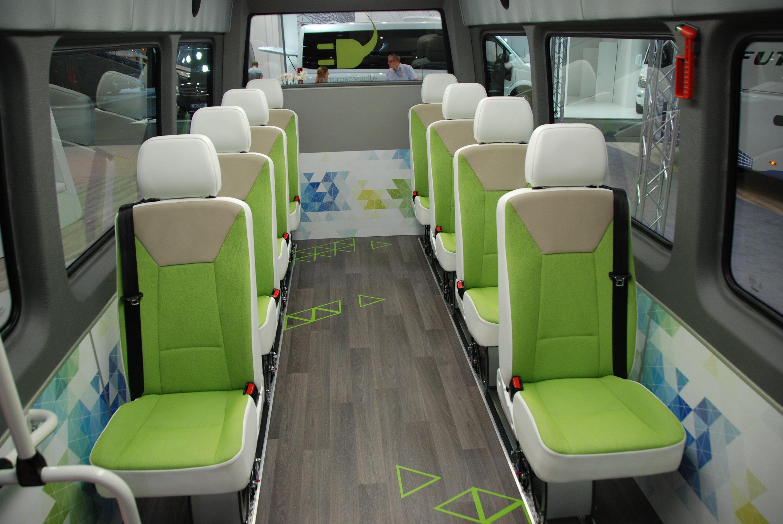 Zajímavě řešený interiér elektrobusu VDL MidBasic Electric. (foto: Libor Hinčica)