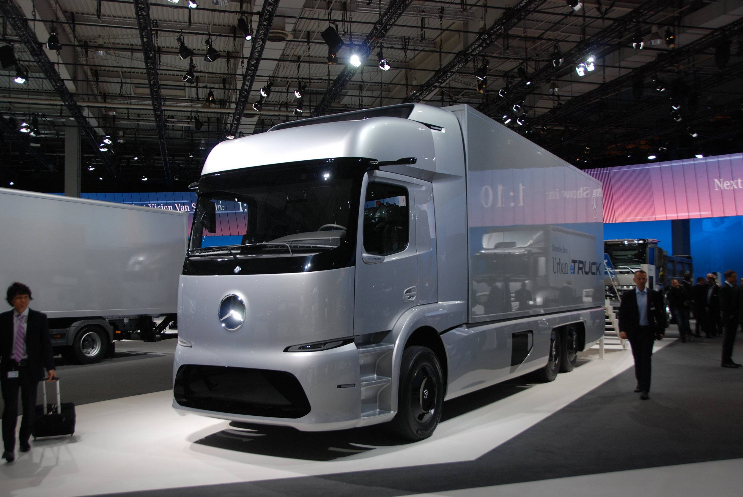 Elektrický nákladní automobil od Mercedesu zaujal absolutně tichou jízdou. Rešení by jistě mohlo nalézt cestu i na elektrický autobus. (foto: Libor Hinčica)