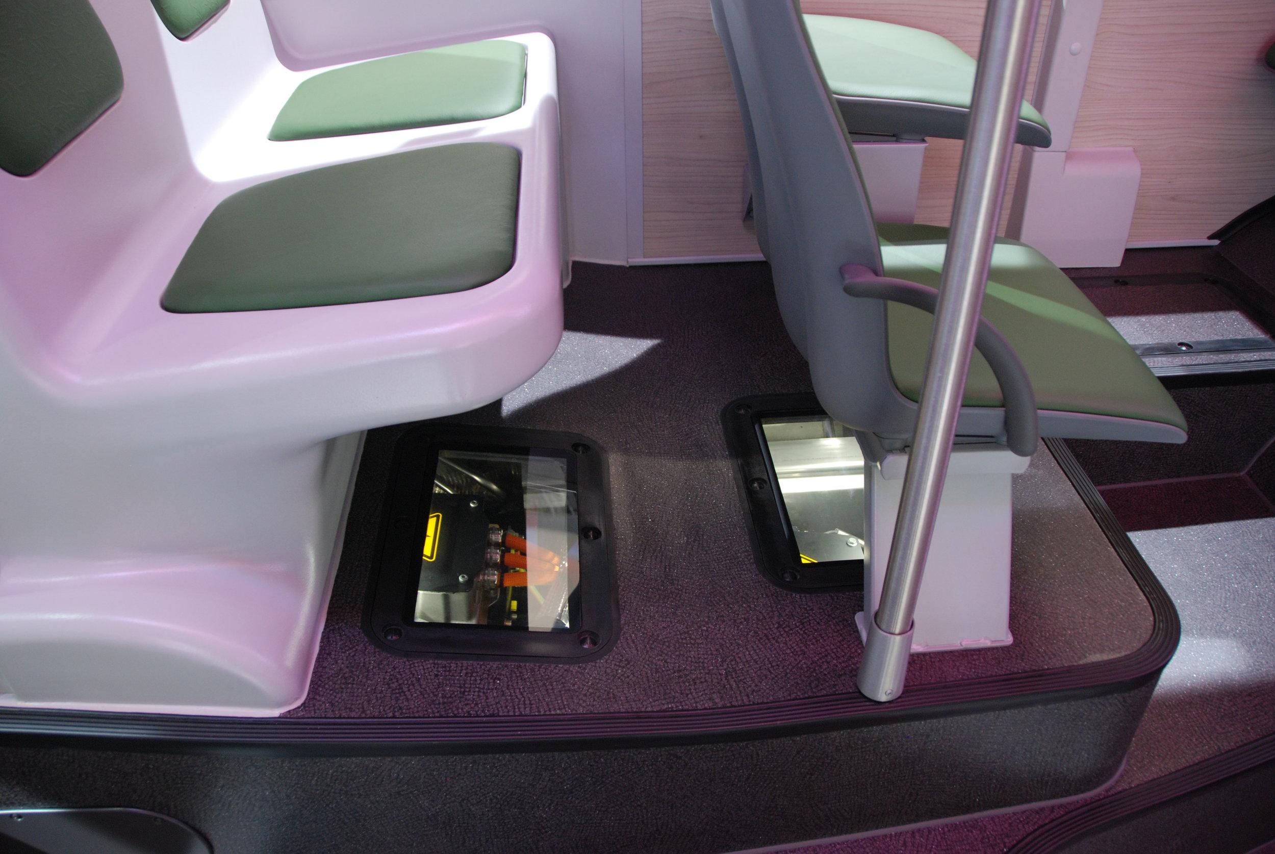 V interiéru elektrobusu MAN jsou některé komponenty záměrně kryty jen sklem, aby bylo možné je pozorovat. Takový autobus je zřejmě přáním každé technické vysoké školy. (foto: Libor Hinčica)