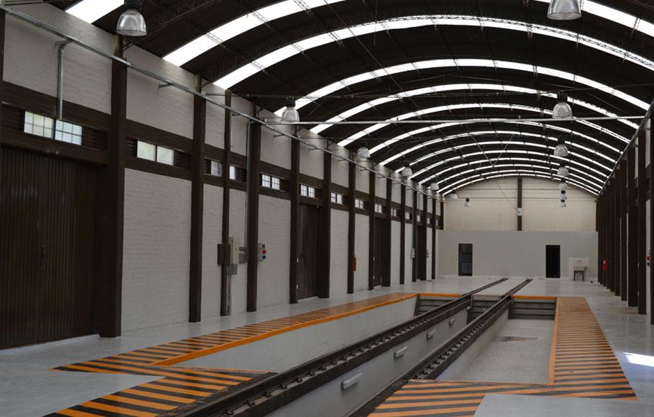 Tento a předchozí snímek nám ukazují skromnou jednolodní budovu dílen tamní rychlodráhy u stanice Luzuriaga. Objekt není nový a pro potřeby rychlodráhy jej předělala a vybavila nezbytnými technologiemi místní společnost  Civel Mendoza. (foto: Civel Mendoza S.A.)