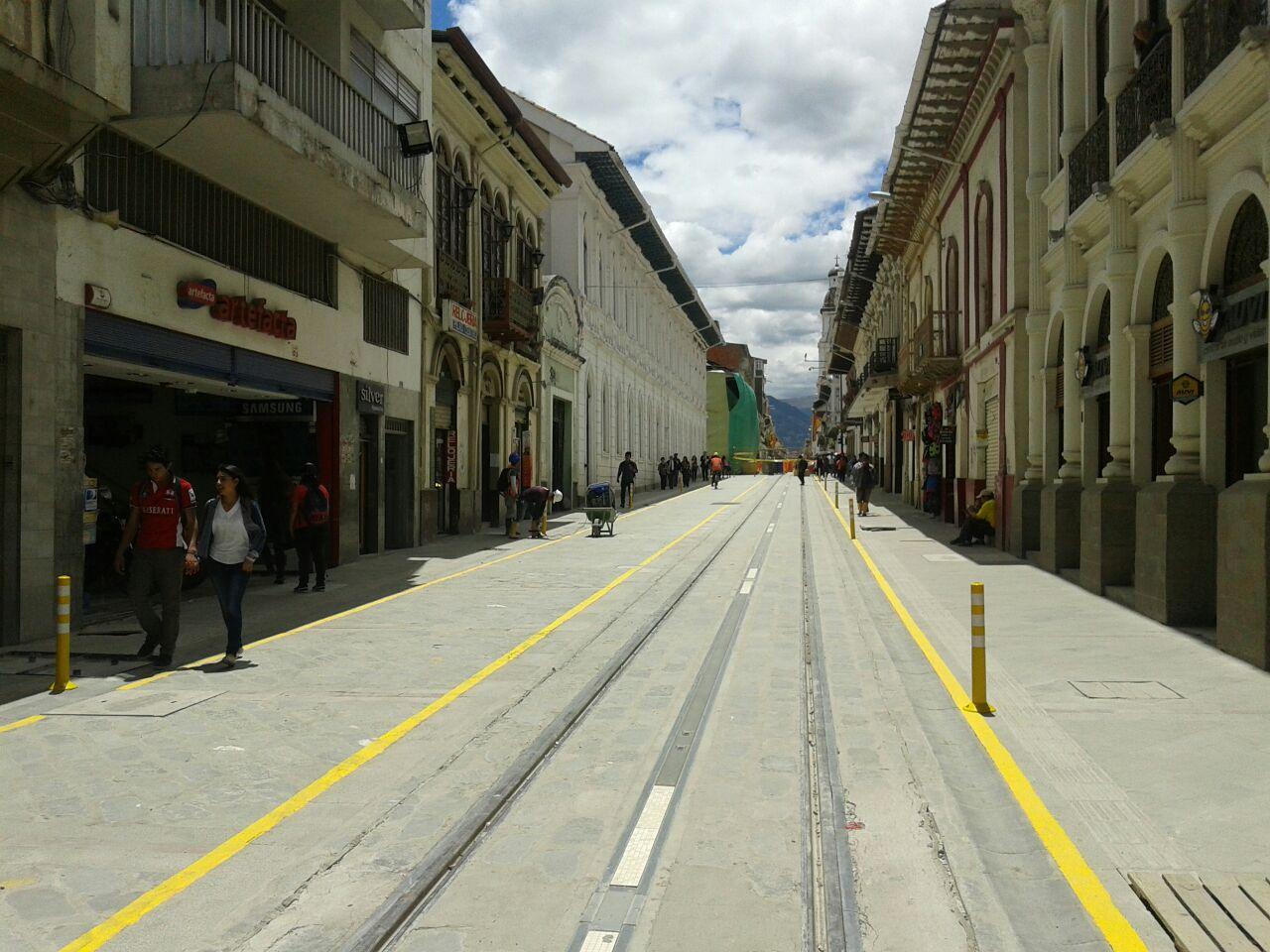 Dlouhá ulice Gran Colombia ještě jednou. Tentokrát s již osazenými výstražnými sloupky. (foto: Tranvía Cuenca)