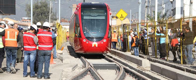 Ve městězpůsobila tramvaj rozruch. Snímek z 23. října 2015 zachytil její první nesmělé kroky. (foto: Gobierno Autónomo Descentralizado Municipal del Cantón Cuenca)