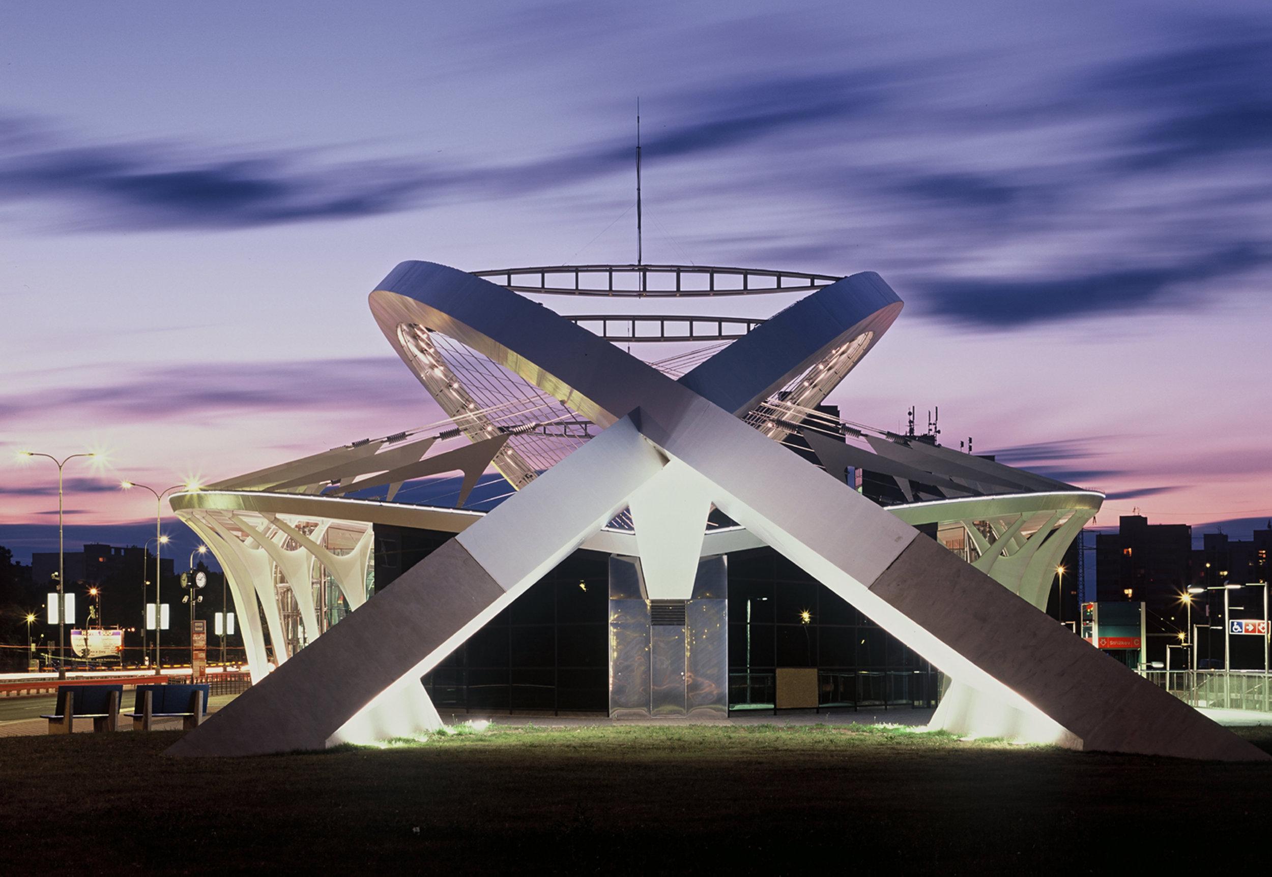 Stanice metra Střížkov je řešena jako částečně nadzemní. V noci i přes den má sloužit jako orientační bod v nevýrazné sídlištní zástavbě. Zároveň se předpokládalo, že by se výhledově mohlo jednat o místo, kde by mohlo docházet k rozvoji veřejného prostoru. (foto: atelier Patrika Kotase)