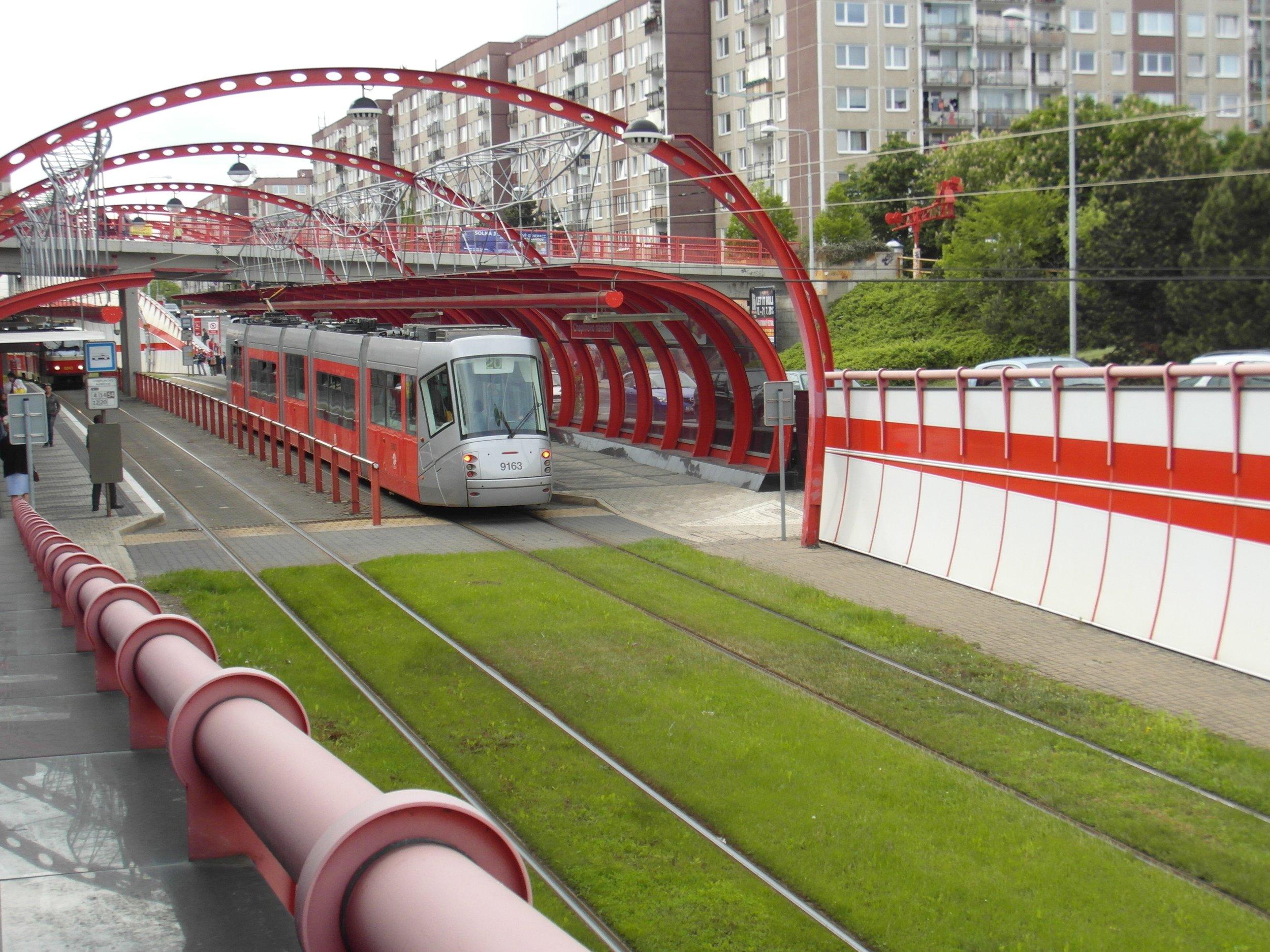 Zastávka Chaplinovo náměstí na tramvajové trati na sídliště Barrandov. Zastávky na tramvajové trati patří mezi nejvíce kritizované stavby architekta Kotase. (zdroj: Wikipedia.org)