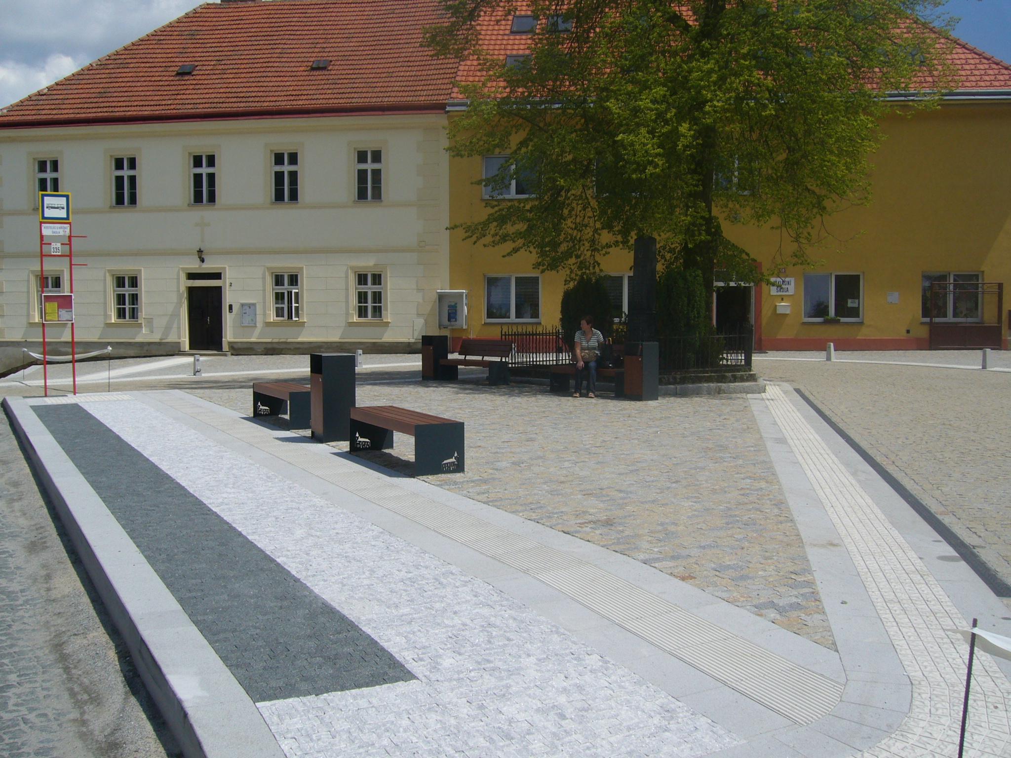 V Kostelci došlo k úpravě malého náměstíčka s autobusovými zastávkami. (foto: atelier Patrika Kotase)