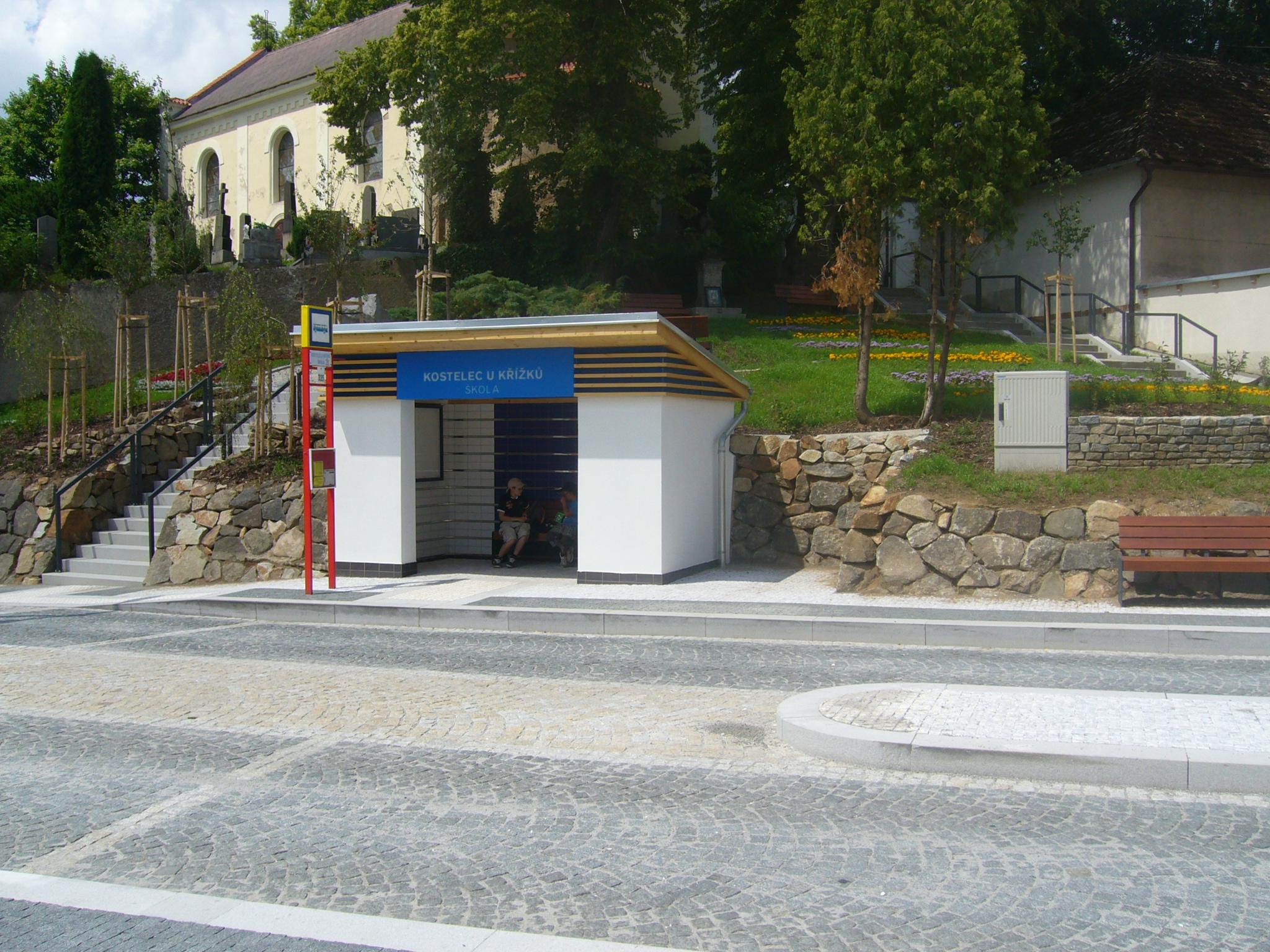 Nejen velké terminály. Architekt Patrik Kotas je autorem také malé autobusové zastávky v Kostelci a veřejného prostoru v bezprostředním okolí autobusových stání, včetně nových přístupových cest ke kostelu a malého náměstíčka. (foto: atelier Patrika Kotase)