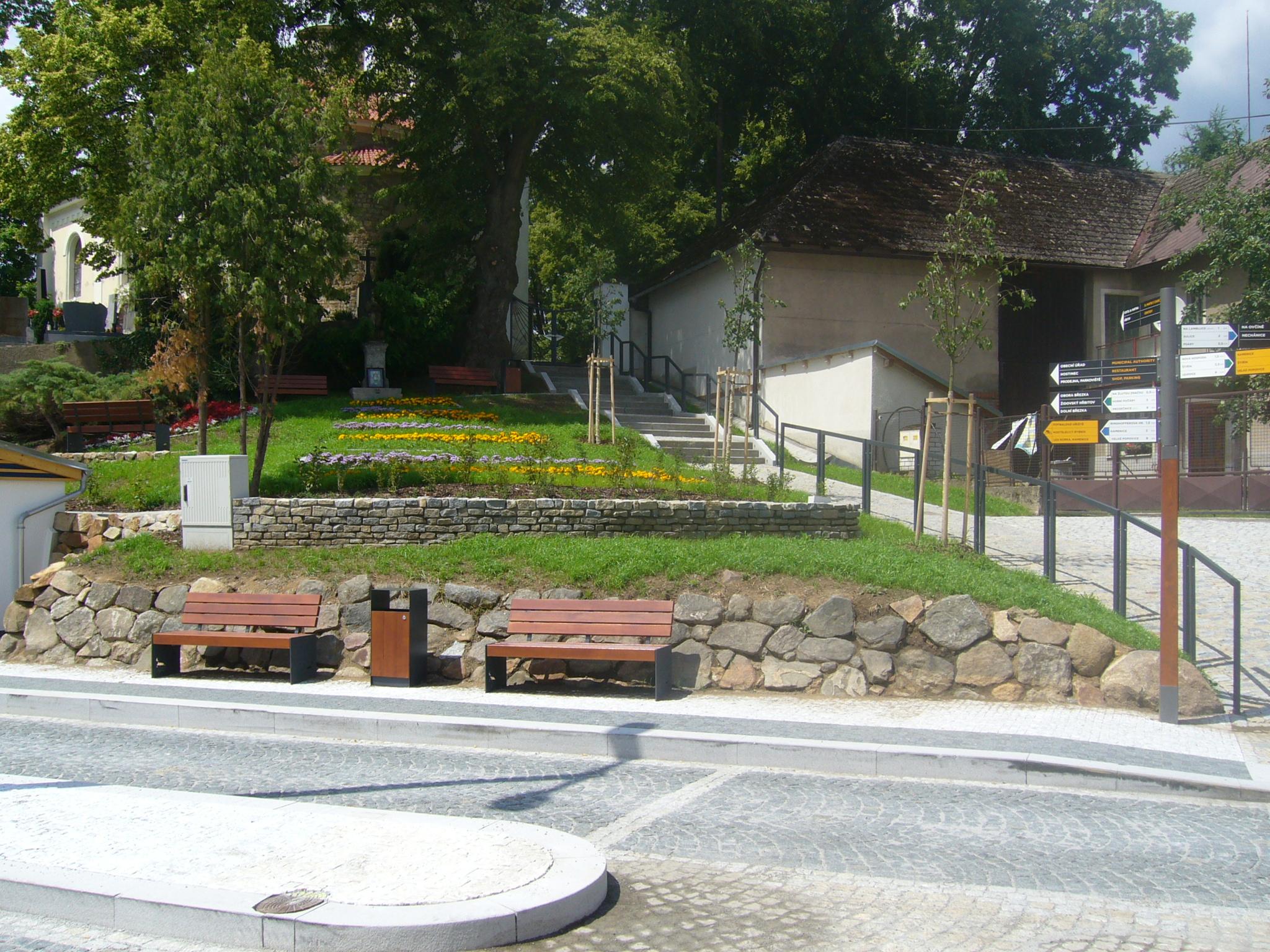 Zastávka v Kostelci je v jednom směru zakomponována do menšího svahu směřujícího ke kostelu. (foto: atelier Patrika Kotase)