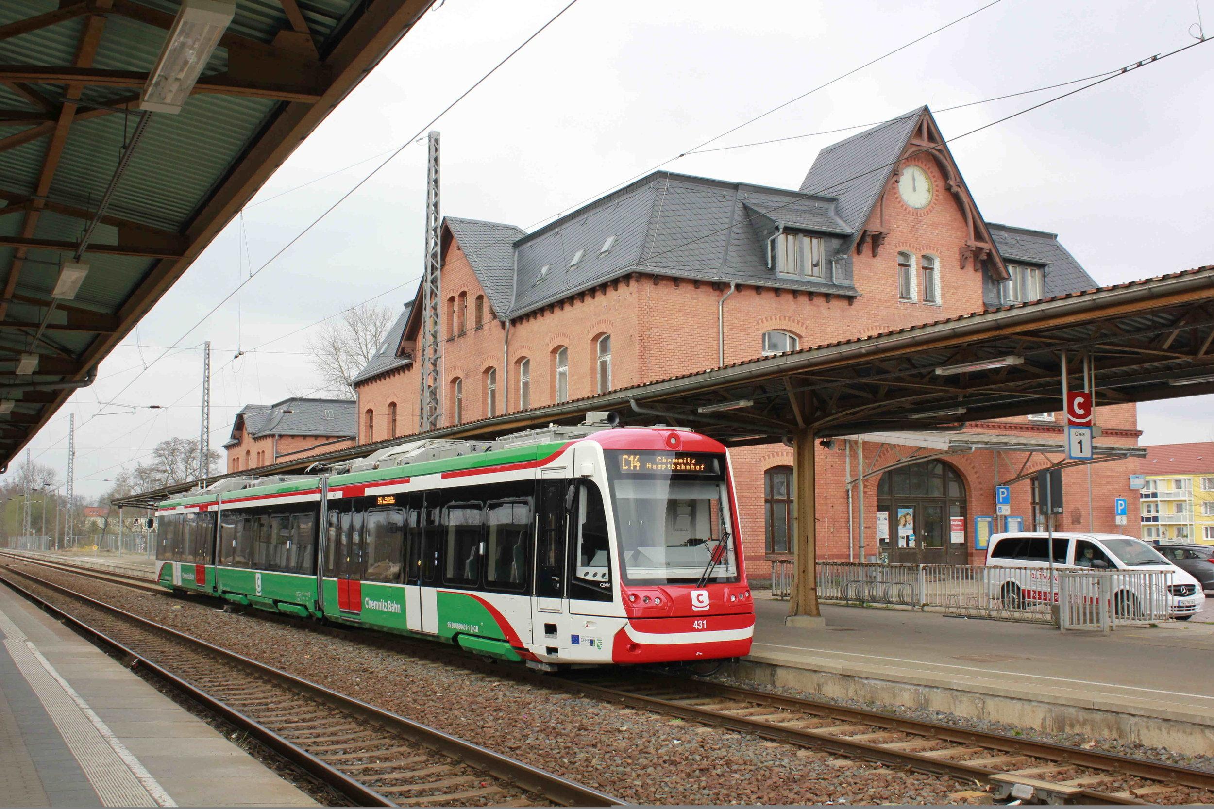 Stadler Citylink během zkoušek v okolí Chemnitz. Všimněte si různé úrovně nástupní výšky dveří, která zaručuje, že je na železničních i tramvajových nástupištích zajištěn vždy u dvojice vstupů bezbariérový přístup. (zdroj: Wikipedia.org)