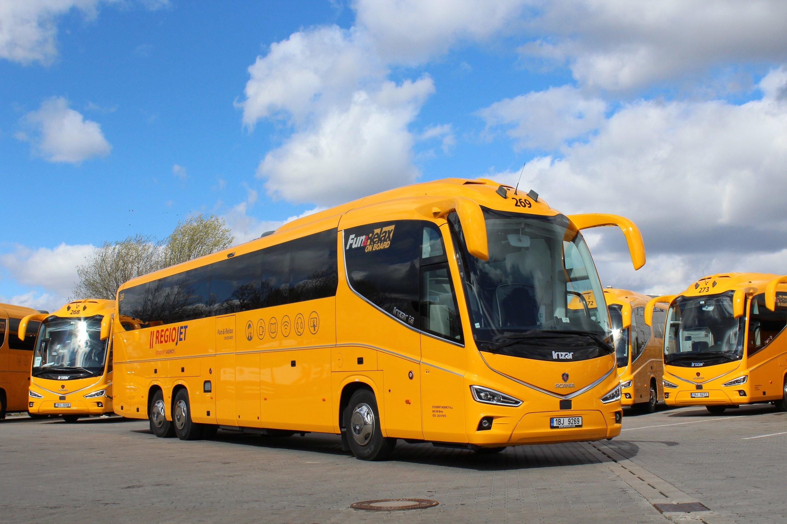 Flotila žltých autobusov RegioJet sa v tomto roku rozšírila o 45 Irizarov i8 najnovšej generácie.(foto: Martin Žarnovický, RegioJet)