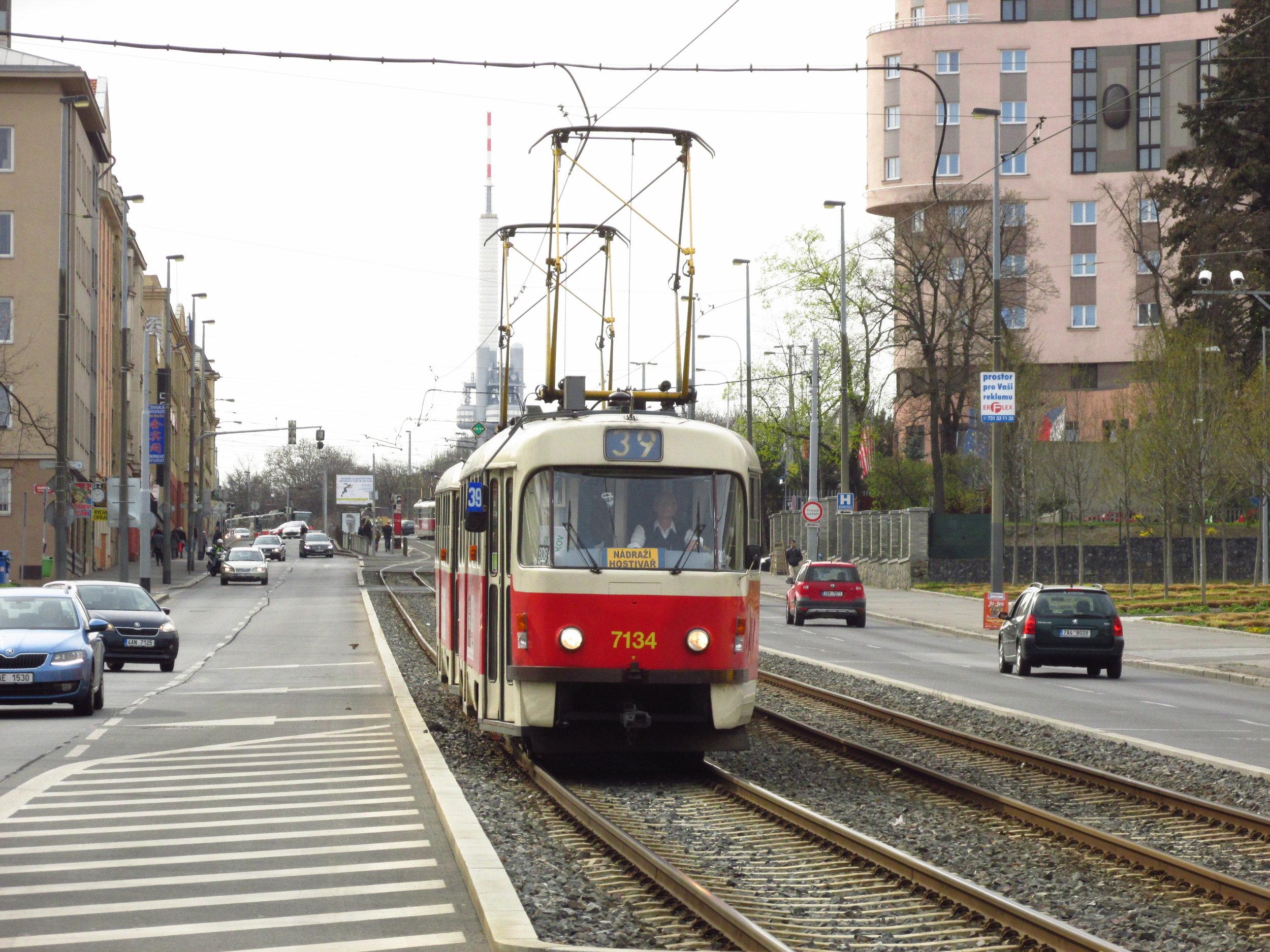 Souprava vozů T3SUCS ev. č. 7134+7115 zachycená nedaleko zastávky Vinohradské hřbitovy na jaře 2015. (foto: Ing. Filip Jiřík)