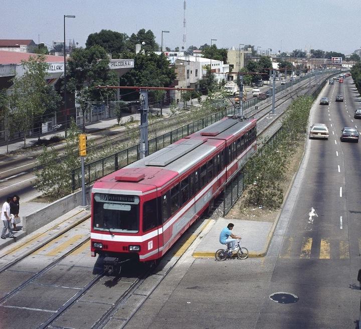 Podoba městské rychlodráhy na jihu města a vozidel na lince č. 1 zprovozněné v roce 1989. (zdroj: Wikipedia.org)