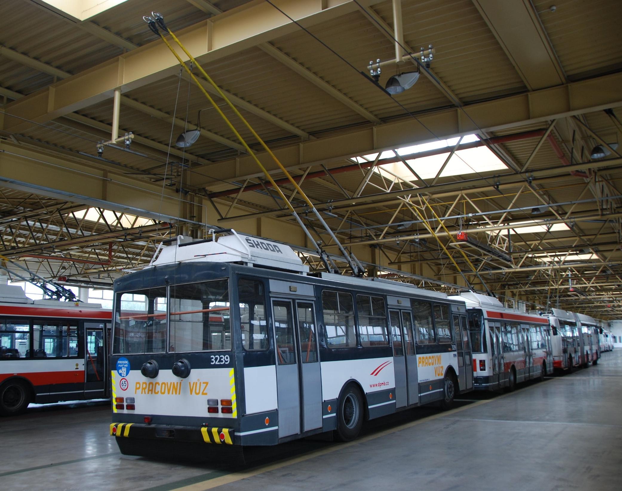 """K odstraňování námrazy se využívá i speciální služební trolejbus typu Škoda 14 Tr ev. č. 3239. Na snímku vůz """"odpočívá"""" v areálu vozovny Komín. (foto: Libor Hinčica)"""