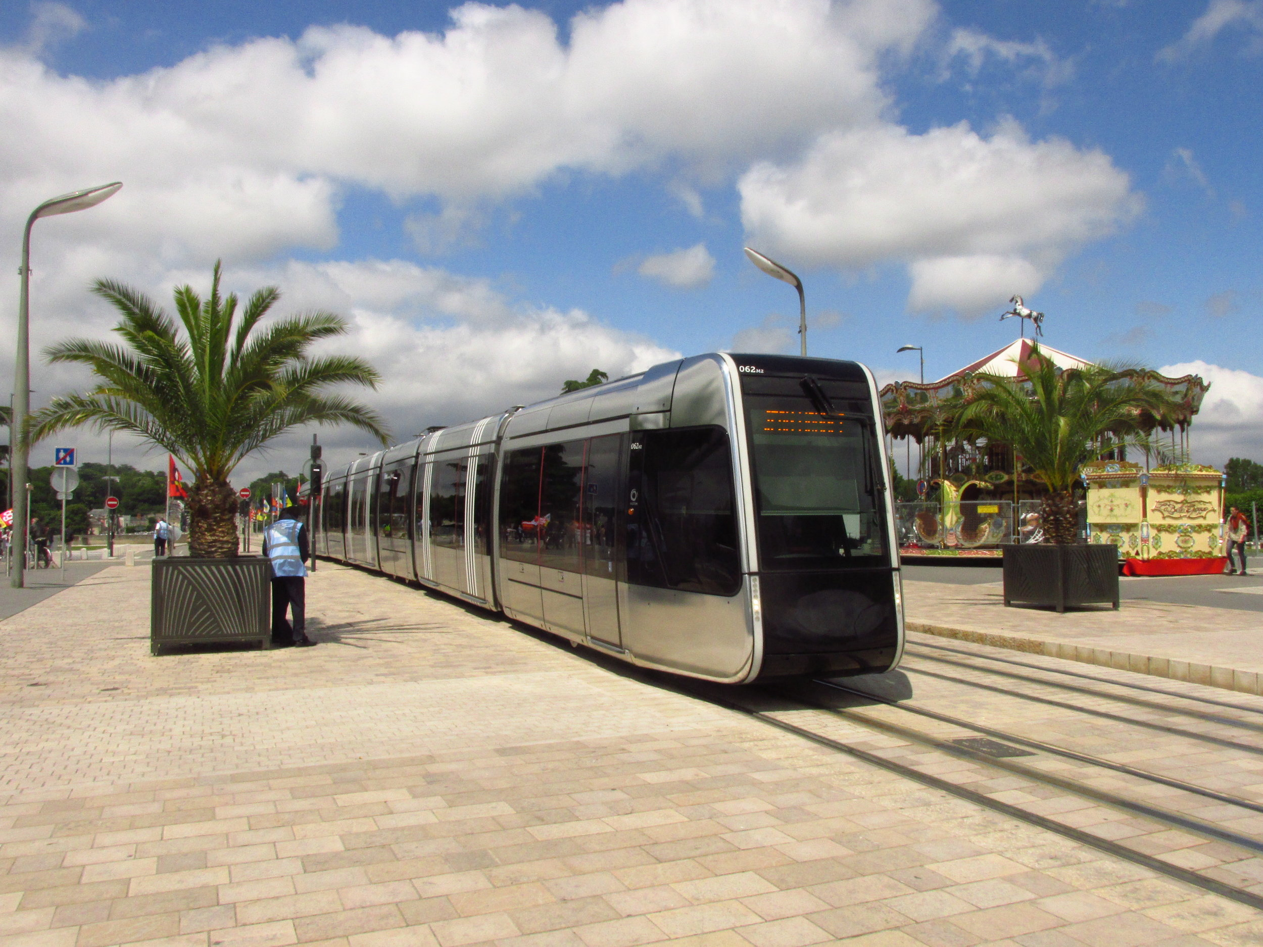 Slunce, palmy, tramvaj Alstom Citadis 402 a typický kolotoč pro děti. Idylka ve městě Tours. (foto: Ing. Filip Jiřík)