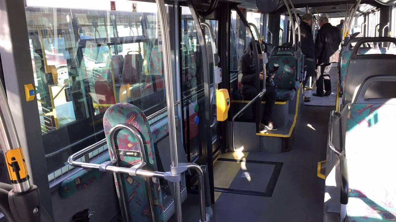 Pohled do interiéru tříčlánkového autobusu. (foto: DPP)