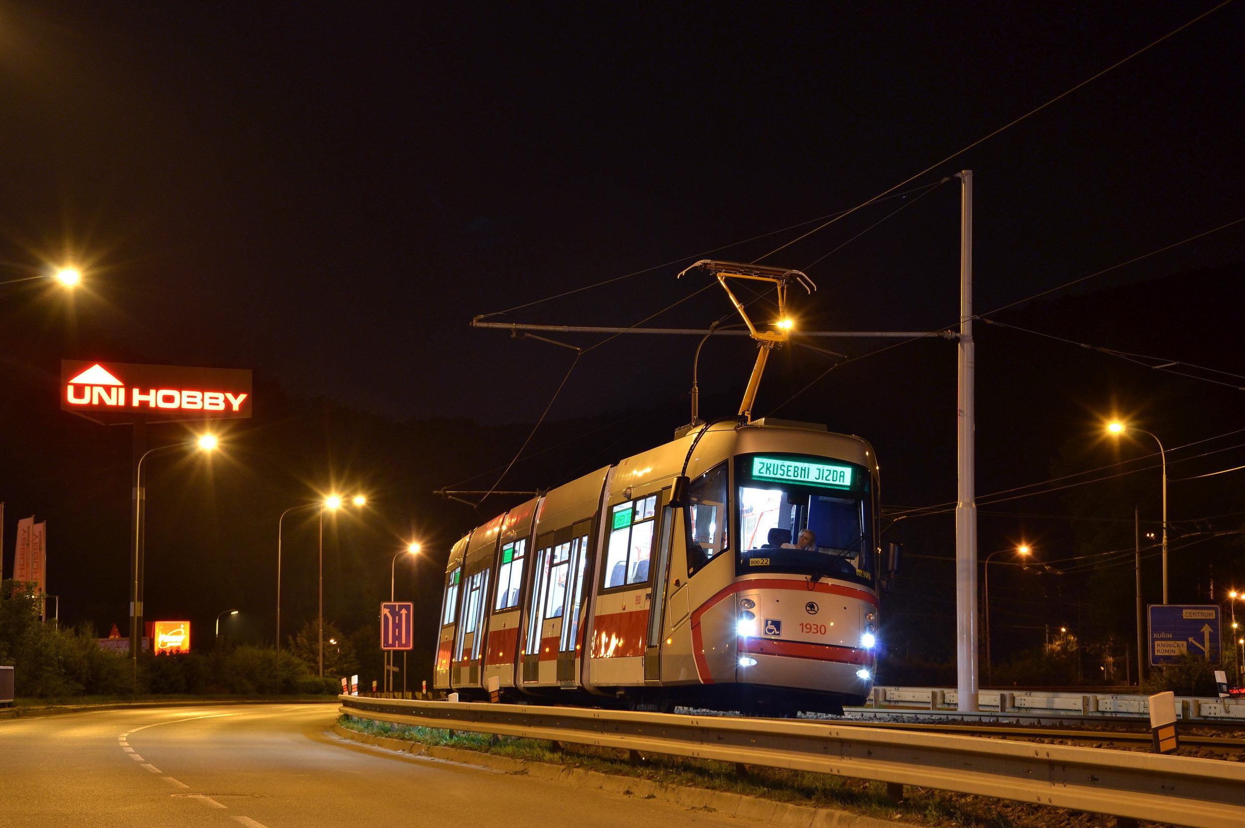 Pokřtěno bude celkem 19 tramvají Škoda 13T. Křest se nebude týkat jediného vozu - ev. č. 1930 (na snímku), který získal své jméno Bohuslav Fuchs již v říjnu 2016. (foto: Ing. Jiří Černý)