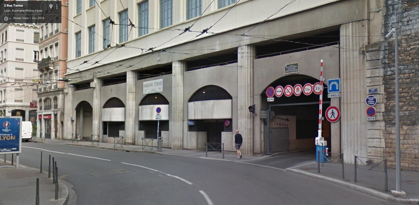 Pohled jen o pár metrů níže, než na minulém snímku – prostor bývalé spodní stanice Rue Terme v roce 2016 – vpravo v nové budově je vjezd do jednosměrného tunelu vedeného v trase bývalé lanovky, zcela vpravo je zřetelné i původní zdivo (foto: Google Streetview, 2016)