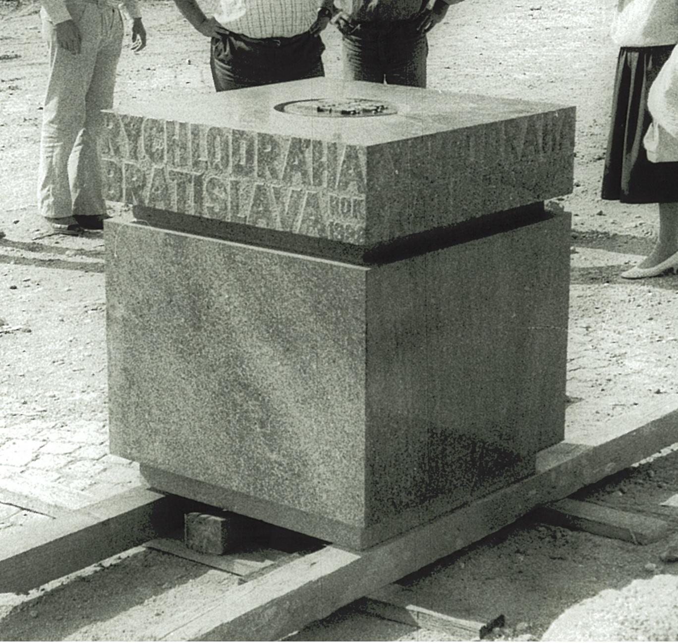Takto vypadal základní kámen metra (rychlodráhy) v Bratislavě. Máte zprávy o jeho osudu? (sbírka: Peter Martinko)
