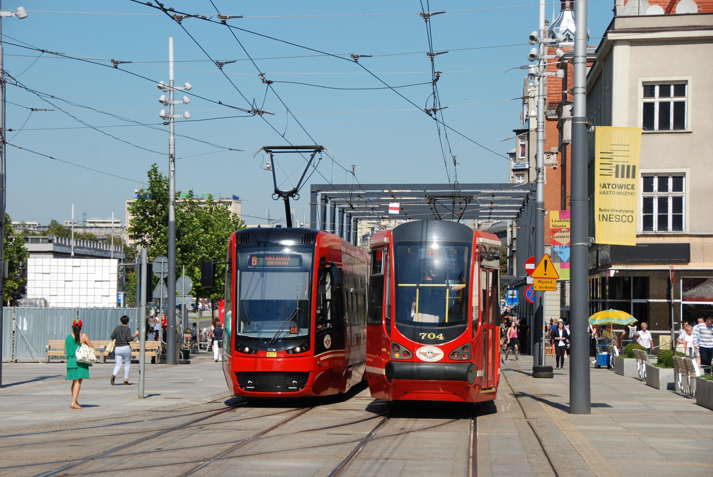 Hned s dvojicí projektů na vývoj moderních tramvají uspěla společnost PESA. Na snímku vidíme její vůz PESA Twist (vlevo) při míjení s modernizovaným vozem Moderus Alfa (Konstal 105N-HF11AC) v Katowicích. (foto: Libor Hinčica)