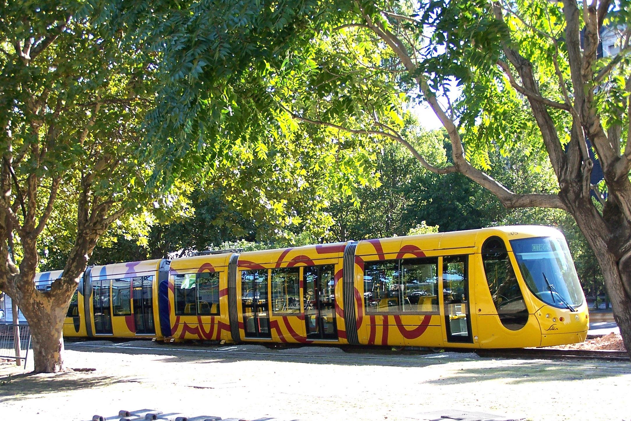 Přibližně první rok provozu byly na nové tramvajové trati u čtvrti Puerto Madero provozovány dvětramvaje Alstom Citadis zapůjčené z Mulhouse. Poté je vystřídala v rámci sjednaného pronájmu dvě podobná vozidla z Madridu a jedno z nich nakonec v Buenos Aires zůstalo, když bylo odkoupeno za cca 5 mil. eur. (foto:Aquilino González Podestá)
