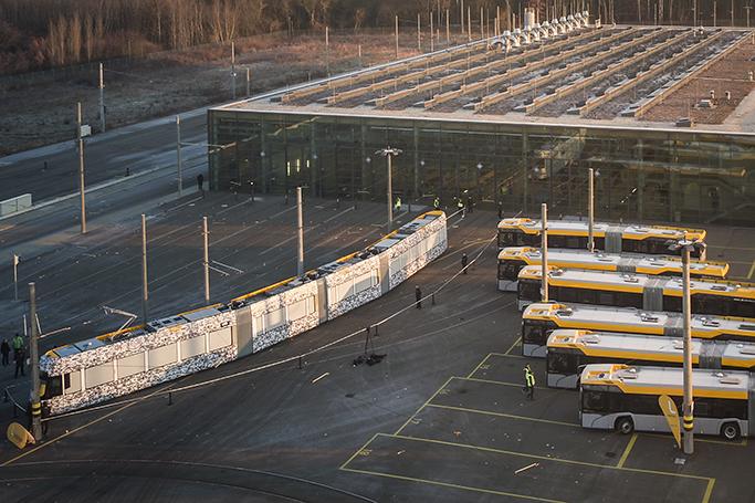 První vůz Tramino pro Lipsko v maskovací fólii. (foto: LVB)