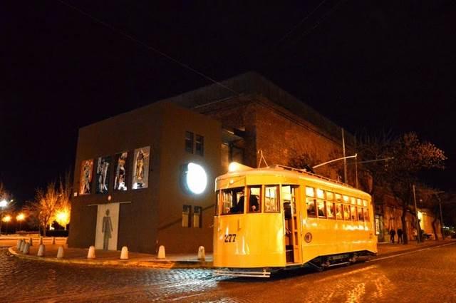 Rosario navrátilo do svých ulic tramvaj, byť zatím jen v nostalgickém duchu. Nicméně i s malými náklady získalo atrakci, která se rázem stala vyhledávanou. Na druhou stranu, provoz, nabízený bezplatně,se omezuje jen na několik dní v roce, když vůz je třeba dovážet k trati na trajleru.(foto: disfrutarosario.com)