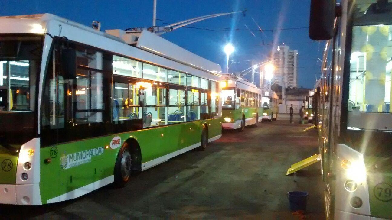 Nové trolejbusy Trolza v Córdobě: vpředu Megapolisy, vzadu Optimy. (foto: TAMSE)