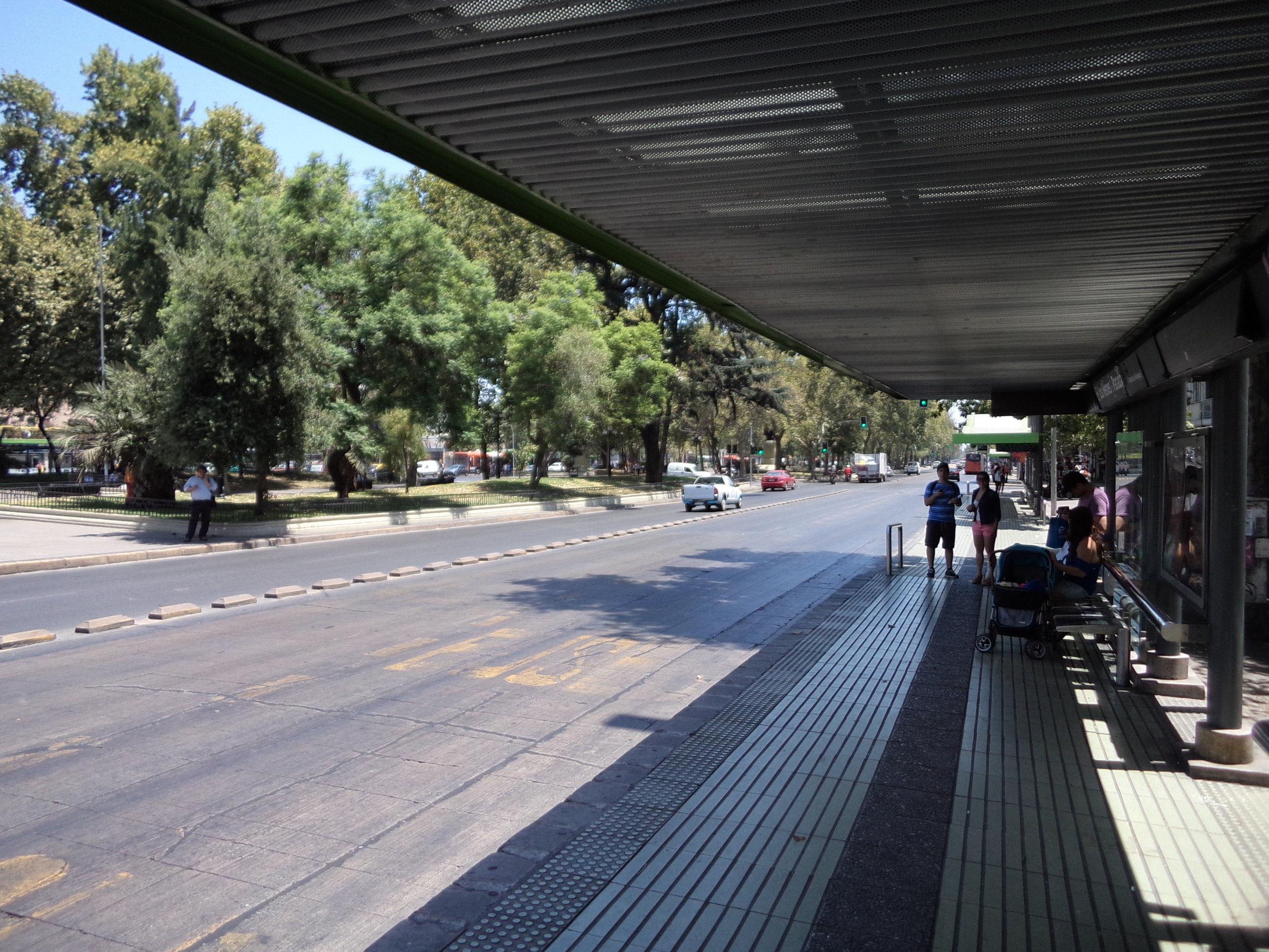 BRT systém v chilském Santiagu, který se tím bogotským inspiroval, sice působí jako chudý příbuzný a také nevydělává, nicméně nekolabuje. (foto: autor)