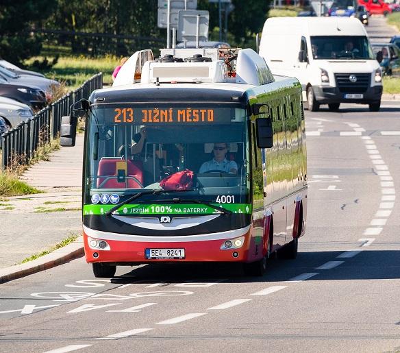 Elektrobus SOR EBN 11 na lince číslo 213 v Praze. (foto: DPP)