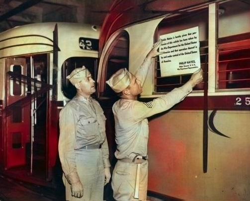 Američtí vojáci připevňují na vůz upozornění, že kontrolu nad podnikem a vozidly ve Filadelfii převzala armáda. (zdroj: hiddencityphi.org)
