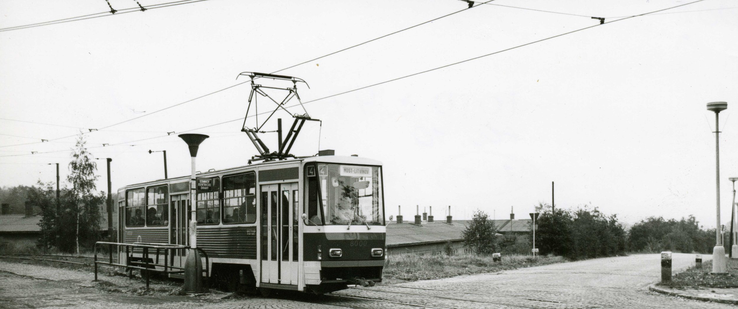 Tramvaje T5A5 (původně značená jen jako T5) byla v říjnu 1974 předána do DP měst Mostu a Litvínova. Právě v jeho službách byla tramvaj vyfotografována. (sbírka: Libor Hinčica)
