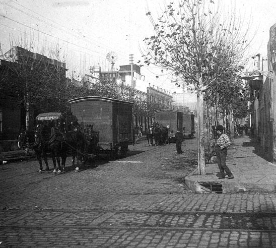 Po Montevideu se proháněly i nákladní tramvaje, zde vidíme vozy společnosti Tranvía y Ferrocarril del Norte určené pro přepravu masa. Princip byl v zásadě takový, že vlaková souprava z obce Santiago Vázquez přijela do stanice del Norte, tam byla rozdělena a koně se pak ujímaly jednoho či dvou vagonů a směřovaly s nimi do různých míst v Montevideu.(zdroj: archiv Marcelo Benoit)