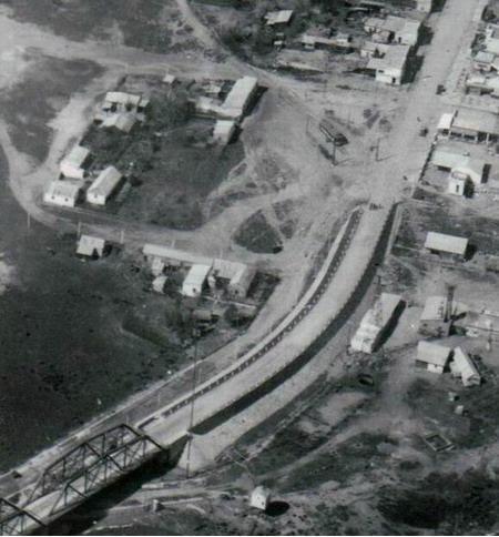 Na snímku vidíme konečnou tramvají Barra de Santa Lucía v severozápadně ležící obci Santiago Vázquez (dnes součást Montevidea). Koleje byly dotaženy až na most přes řeku Santa Lucía otevřenýroku 1925, jehož středová část byla řešena jako otáčivá, využity ale byly jen při zátěžovézkoušce a vlaky se na nich nikdy více neobjevily. Most, který je na snímku viditelný,je zajímavý z toho hlediska, že se s ním počítalo pro koridor (tehdy ještě nebylo jasné, zda silniční, nebo železniční)směřující do přístavního města Colonia del Sacramento, odkud měl být přes řeku La Plata zřízen mimořádně dlouhýmost až do Buenos Aires. Do Colonie je dnes sice dotažena hlavní silnice, most do Buenos Aires se ale své realizace po více než 100 letech plánování stále nedočkal.(zdroj: archiv I.M.M.)
