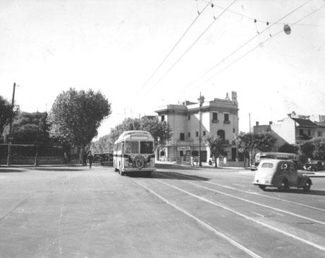 Tramvaje z ulic mizely rychle, koleje však zůstávají na některých místech ve městě dodnes. V době, kdy zahajovaly provoz trolejbusy, stačilo jen zřídit jiný typ troleje. (zdroj: archiv Marcelo Benoit)