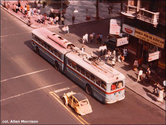 Článkový trolejbus v ulicích Montevidea. (foto: sbírka Allen Morrison)